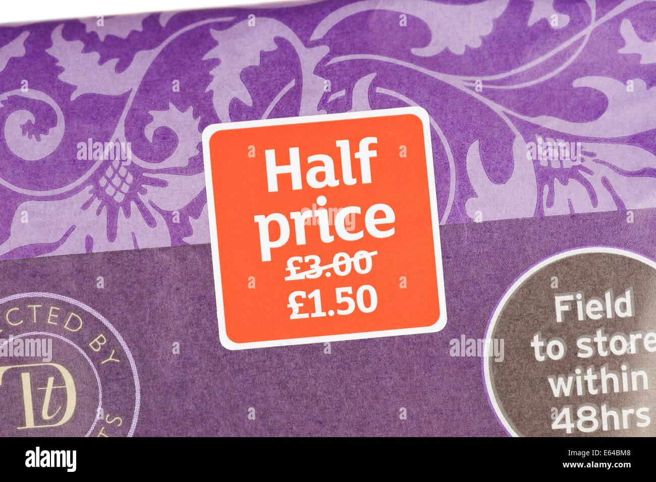 Moitié prix étiquette sur l'emballage alimentaire, UK Photo Stock