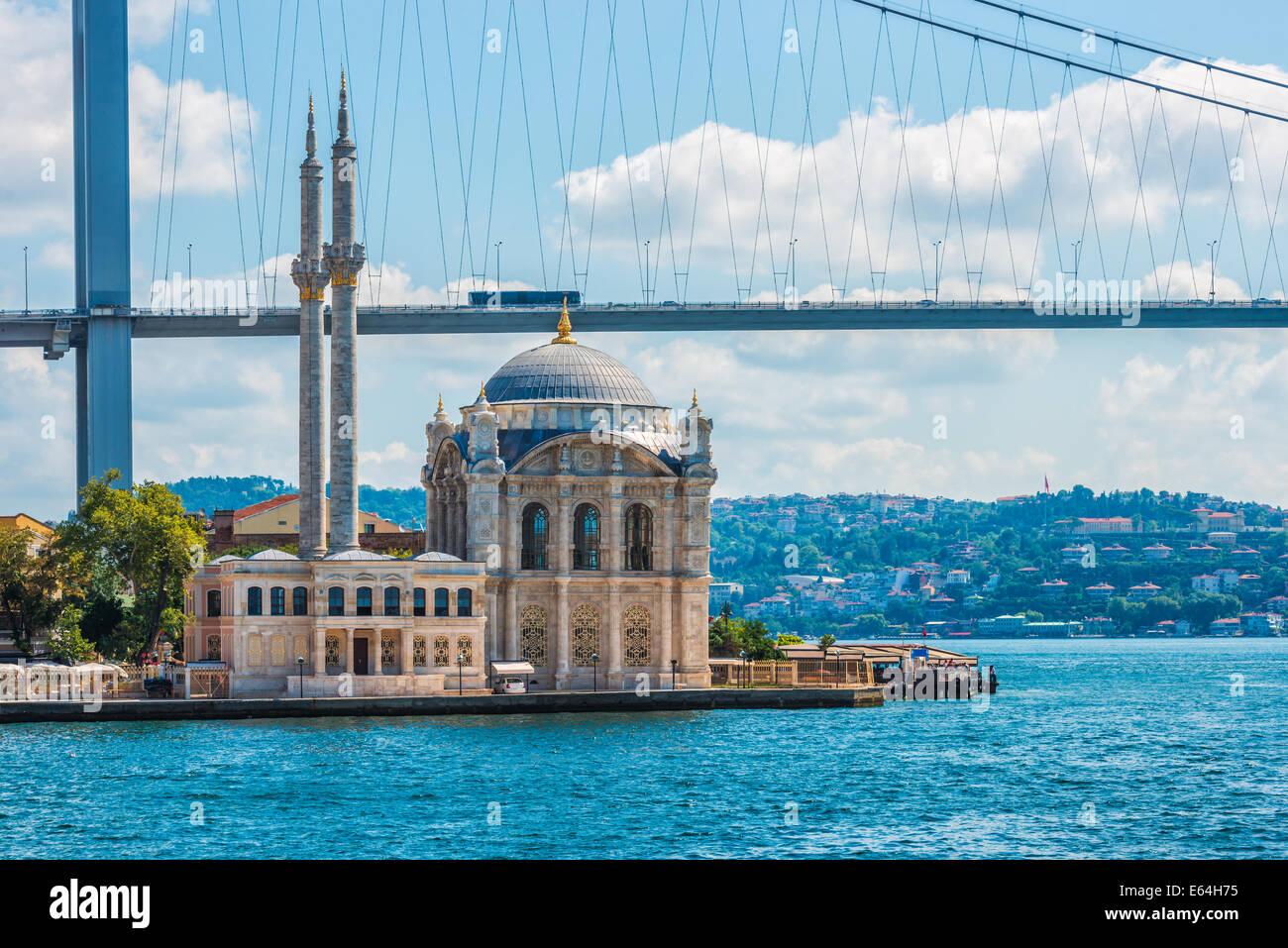 Mosquée Ortakôy sur les rives du Bosphore, avec le pont du Bosphore dans l'arrière-plan. Banque D'Images