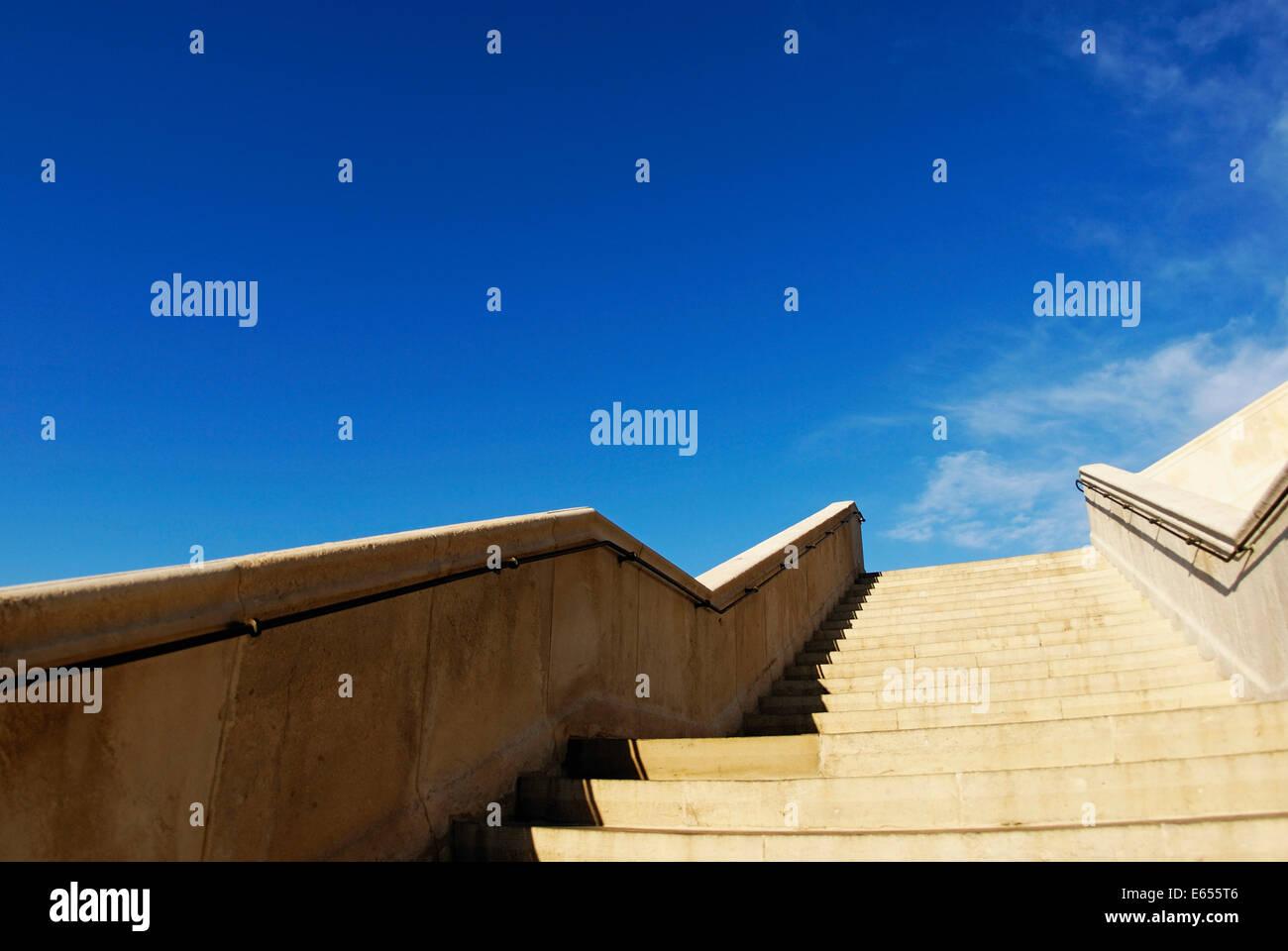 À la recherche d'un escaliers, marches en pierre, escalier qui monte vers le ciel bleu à l'extérieur Photo Stock
