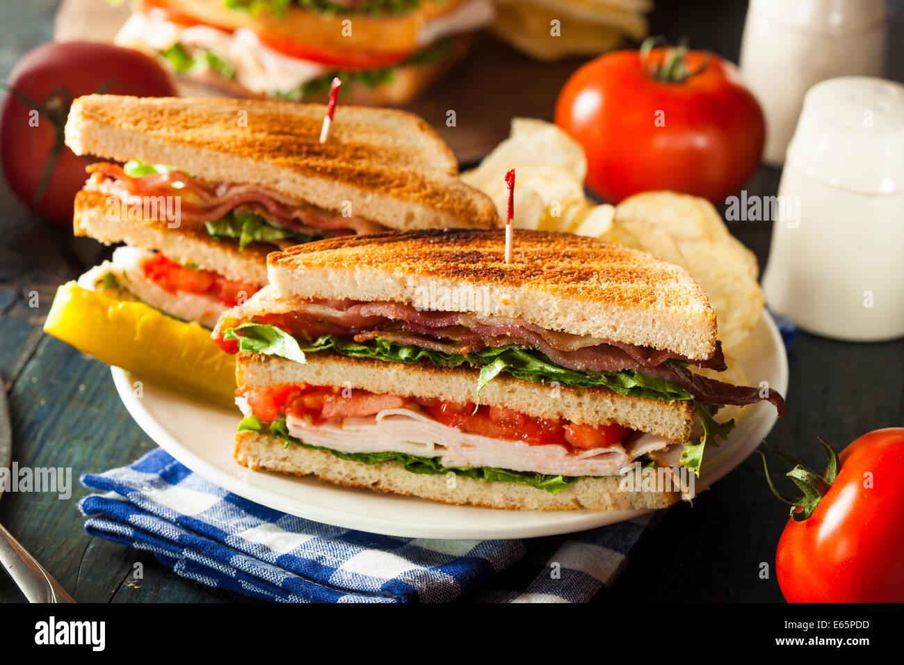 La Turquie et le Bacon Club Sandwich avec laitue et tomates Photo Stock