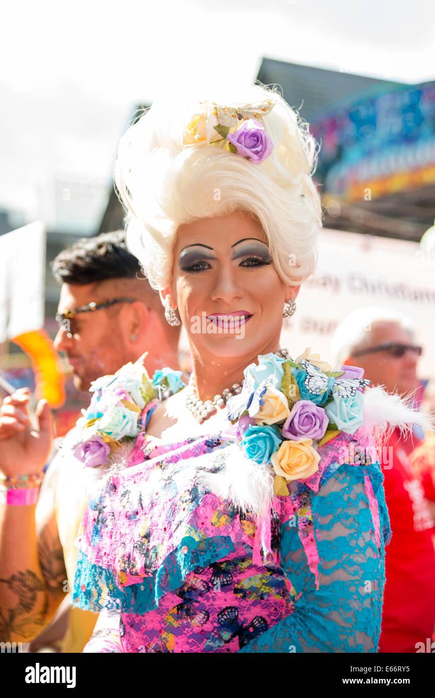 Cardiff, Wales, UK. 16e Août, 2014. La fierté 2014 Défilé LGBT Cymru Cardiff Mardi Gras de Drag Photo Stock