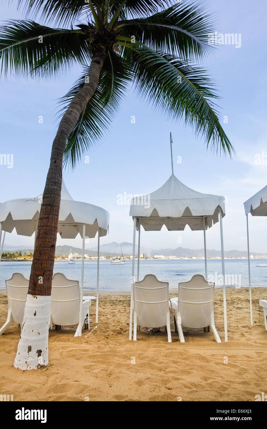 Chaises de plage et de palmiers au las Hadas resort à Manzanillo, Colima. Banque D'Images