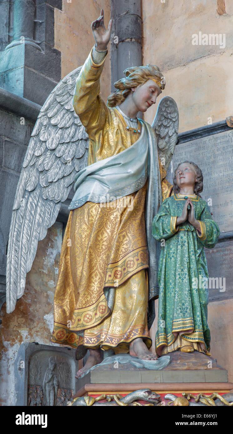 BRUGES, BELGIQUE - 12 juin 2014: l'ange gardien statue dans l'église Notre Dame. Photo Stock