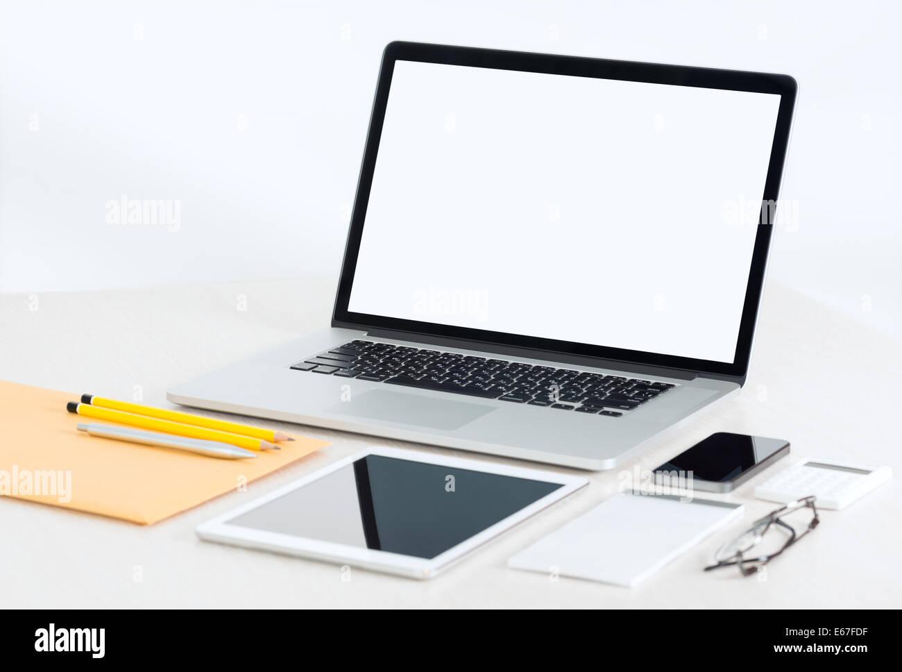 Travail de bureau moderne avec coffre métallique, tablette numérique, téléphone mobile, papiers, bloc-notes et autres Banque D'Images