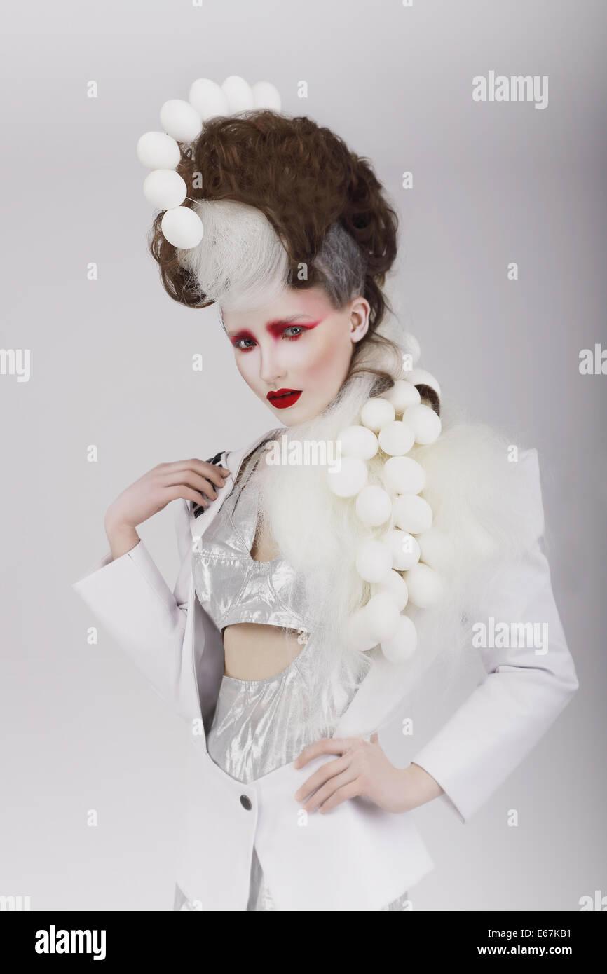 Haute Couture. Femme en costume extravagant Cyber et théâtrale de cheveux Photo Stock