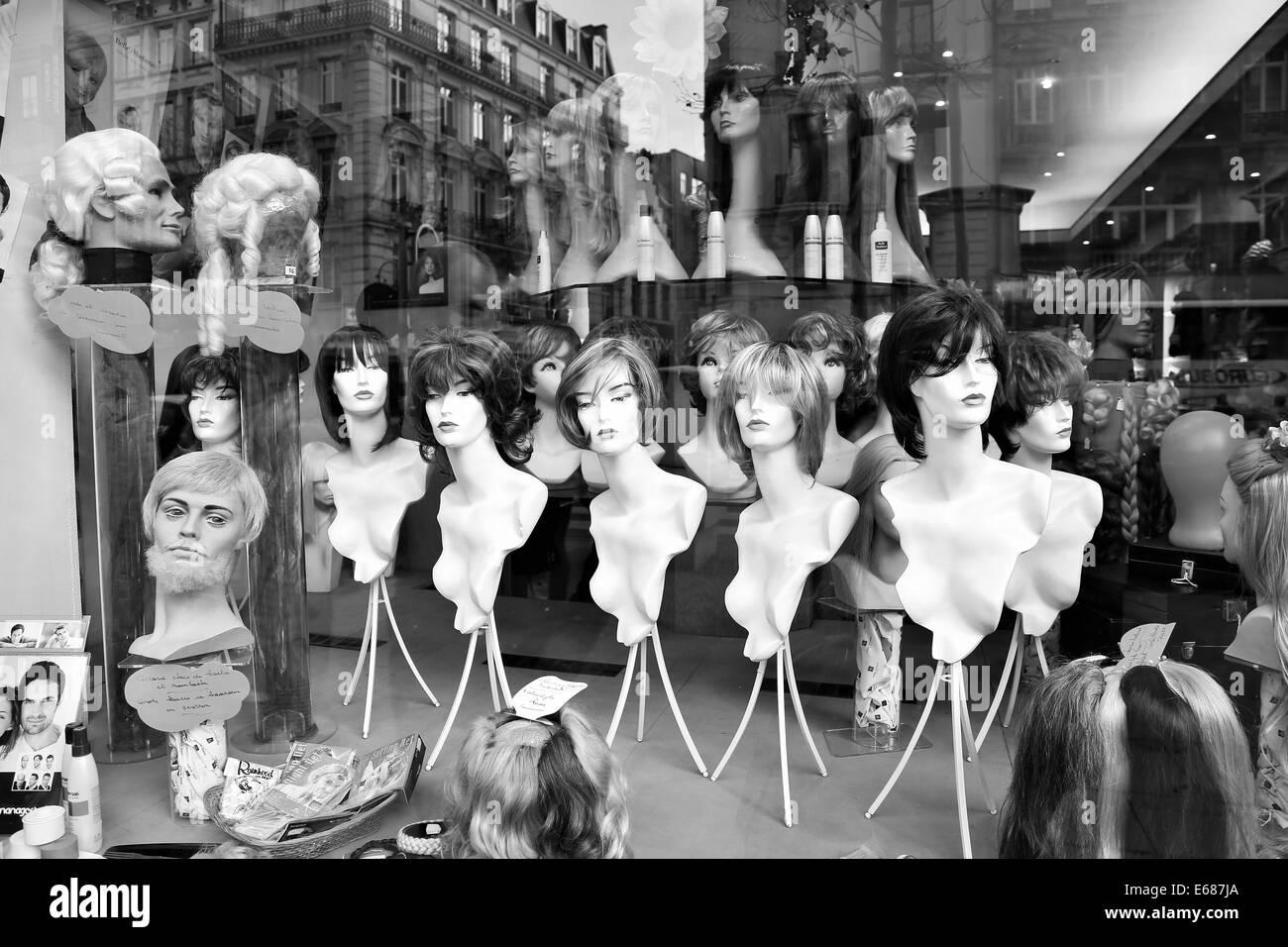 Vitrine à Bruxelles, des perruques sur manniquins. Image en noir et blanc. Photo Stock