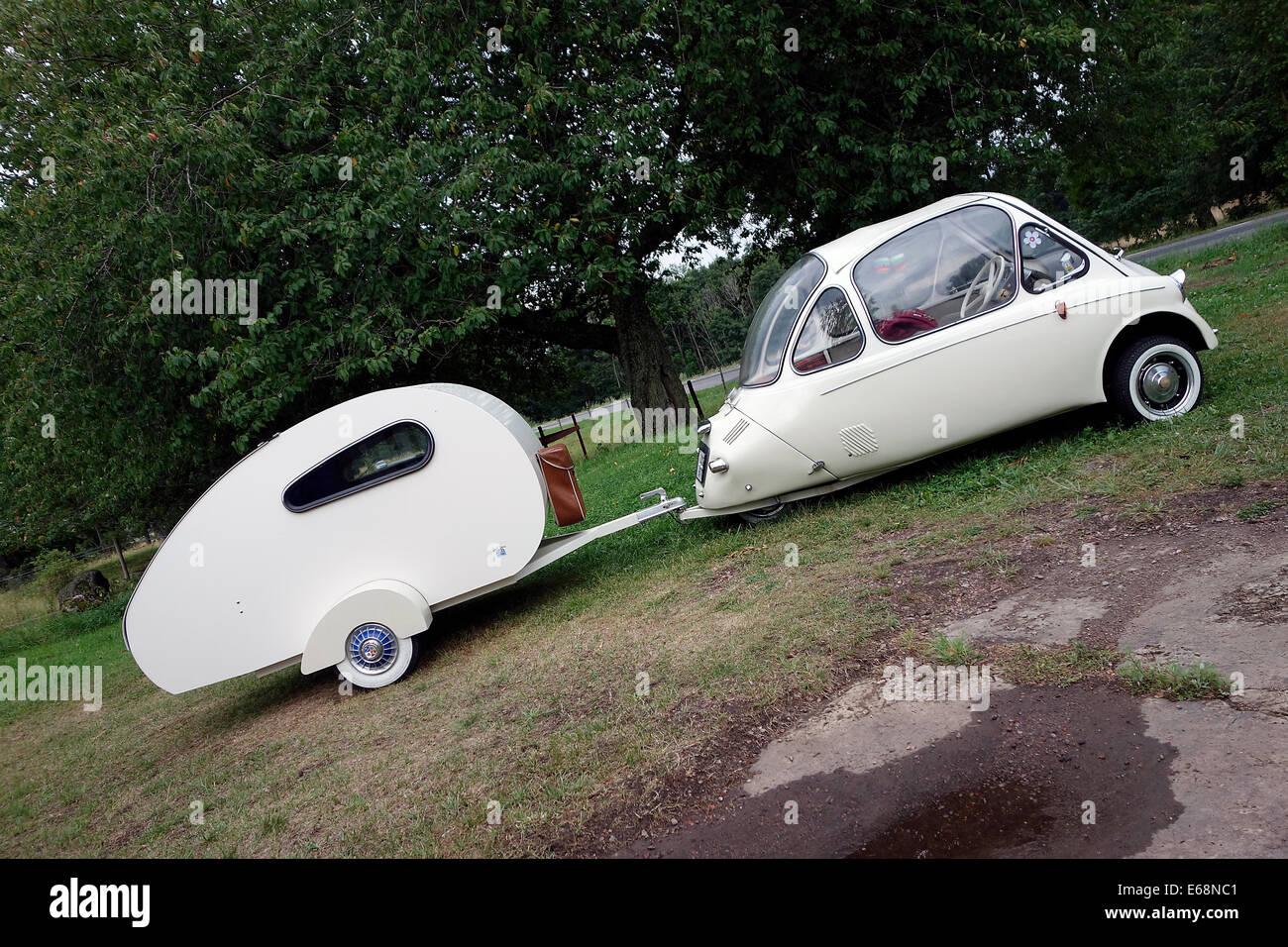 Heinkel Kabine Microcar A Partir De 1956 Avec Remorque De Camping Fait Maison Photo Stock Alamy