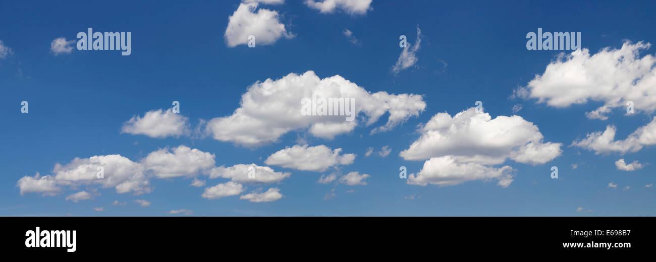 Nuages contre un ciel bleu Banque D'Images