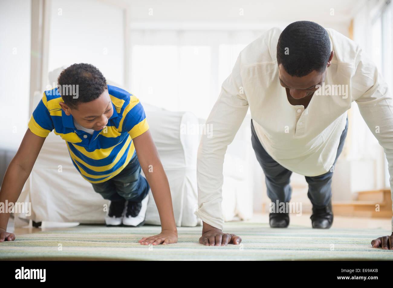 Père et fils faire pousser ensemble ups Banque D'Images