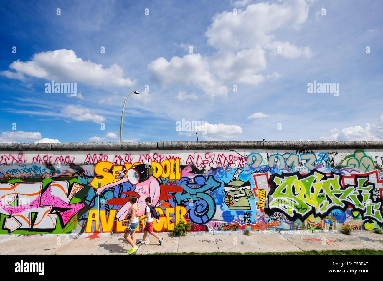 Vue du mur de Berlin; le Graffiti sur l'article original du mur de Berlin à l'East Side Gallery Photo Stock