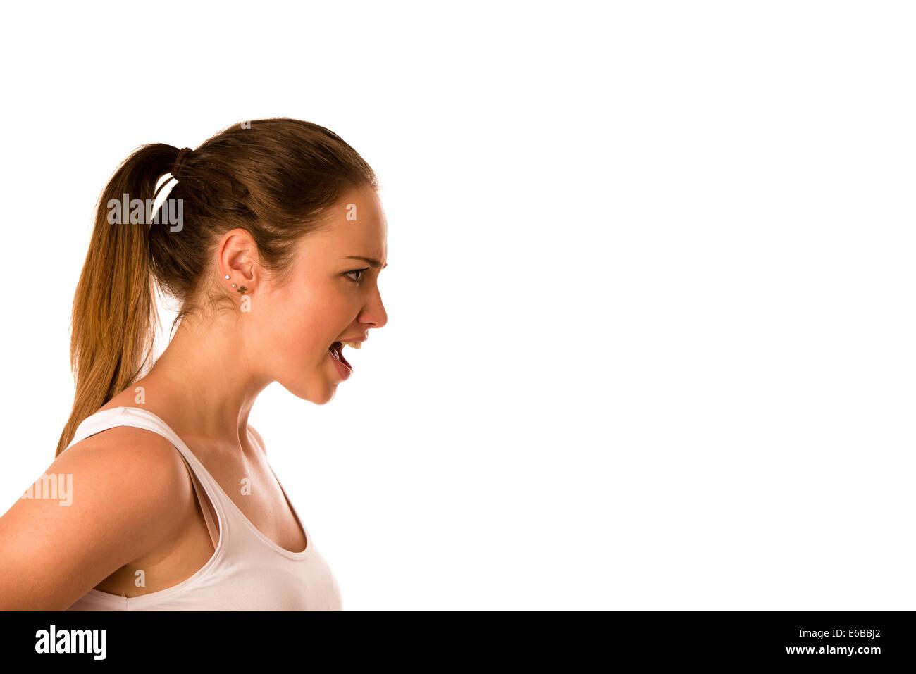 Jeune femme en colère hurle dans une copie isolée de l'espace Photo Stock