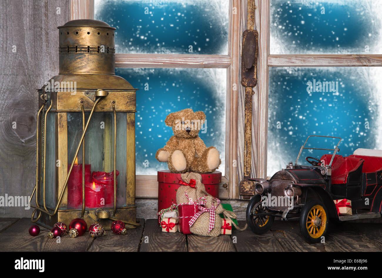 Ancienne décoration de Noël sur le rebord de fenêtre en bois avec vintage et nostalgique des jouets. Photo Stock