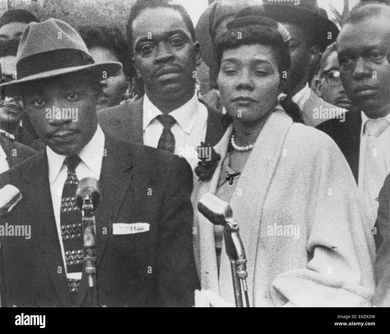 Martin Luther King, Jr. avec femme, Coretta, Boycott, Bus au cours de Montgomery, Alabama, USA, Mars 1956 Banque D'Images