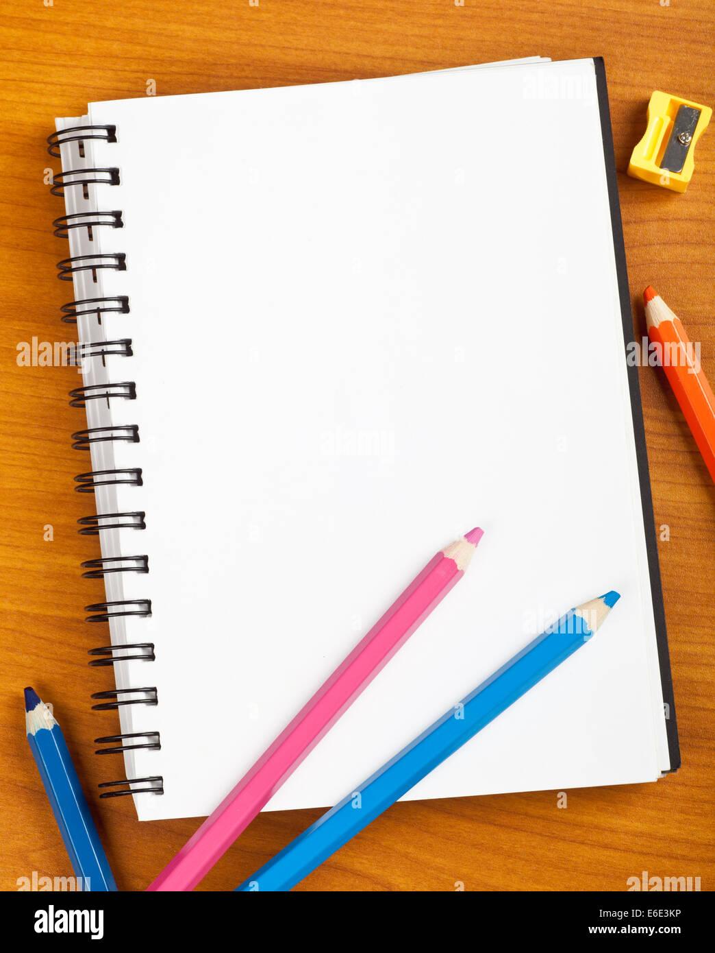 Le bloc-notes avec des enfants La papeterie sur une table Photo Stock