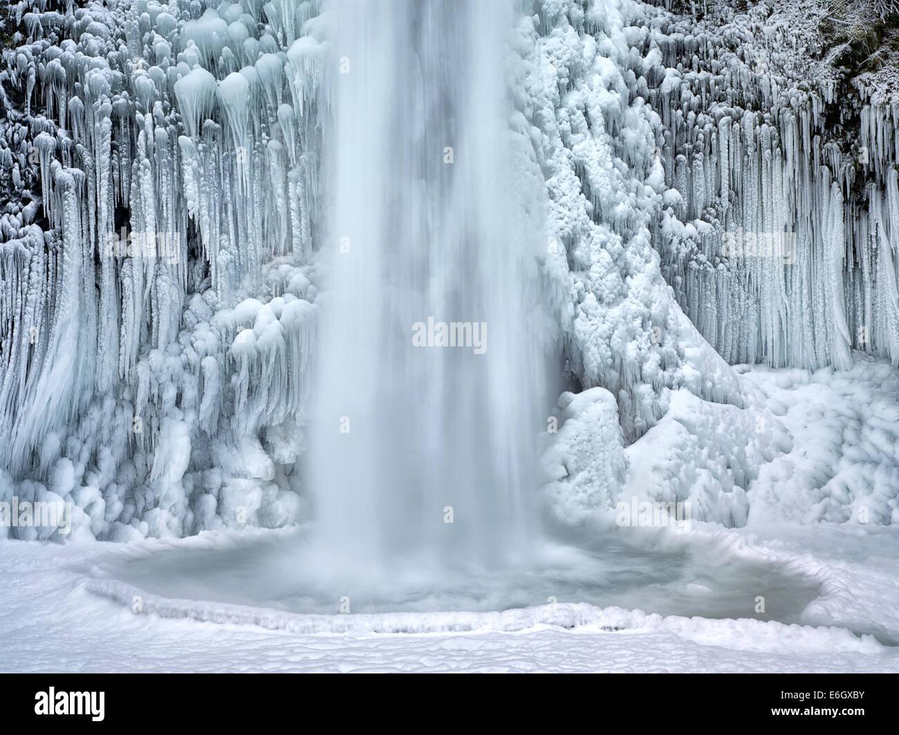 Close up de prêle Falls avec de la glace et de la neige. Columbia River Gorge National Scenic Area, New York Photo Stock
