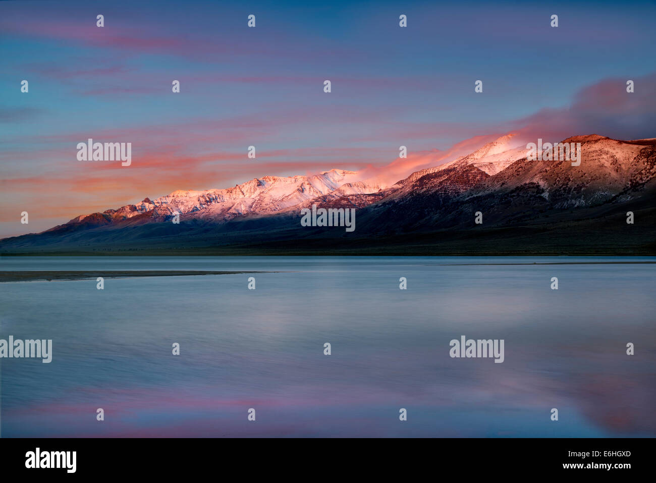Mann et Le Lac de montagne Steens au lever du soleil, Oregon Photo Stock