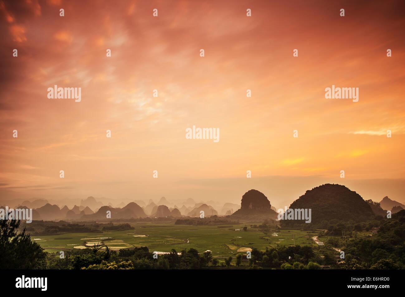 Paysage de montagnes karstiques de Guilin, Guangxi, Chine. Photo Stock