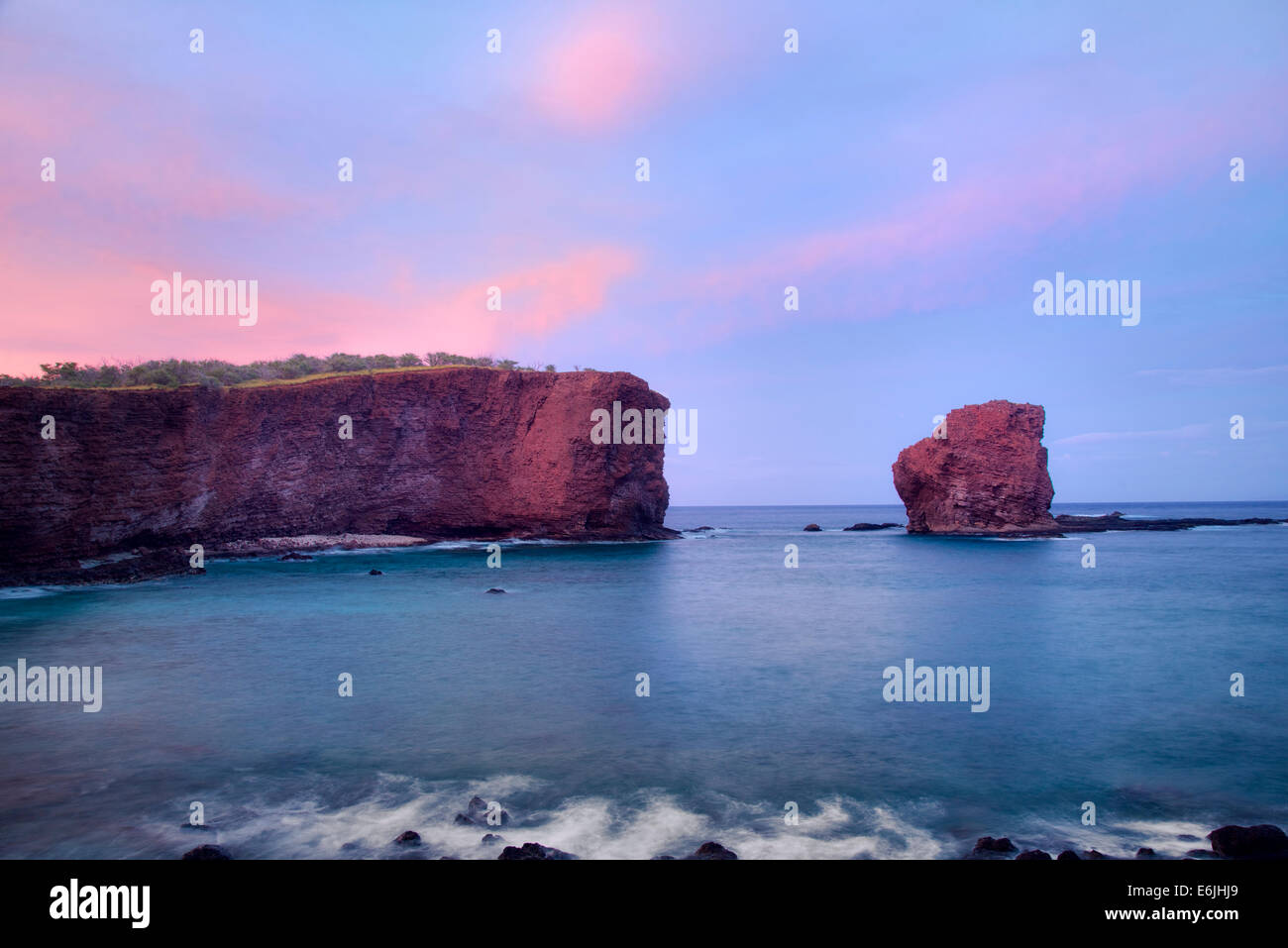 Sweetheart Rock au coucher du soleil. Lanai, Hawaii Photo Stock