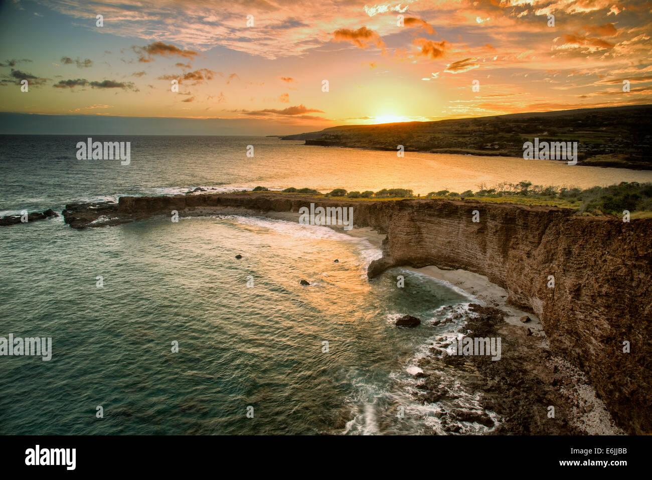 Coucher du soleil à Sweetheart Rock, Lanai, Hawaii. Photo Stock