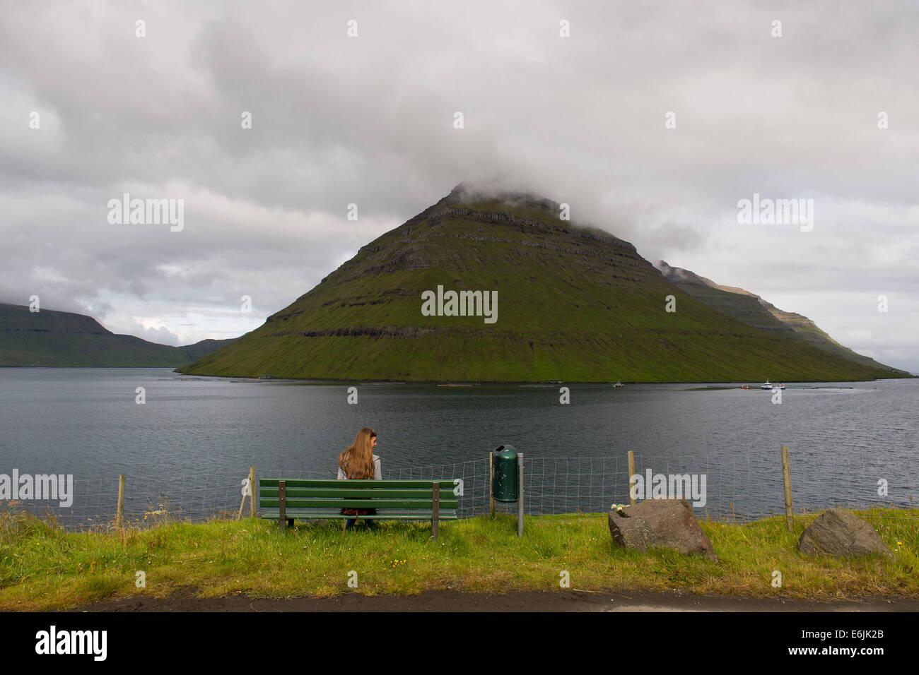 Une montagne dans l'Klaksvík dans les îles Féroé. (Klaksvik) Photo Stock