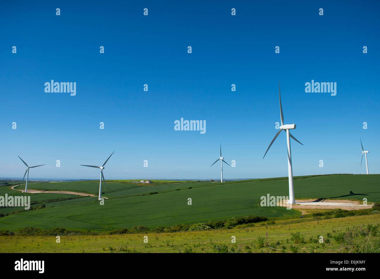 Une éolienne à une ferme éolienne produisant de l'énergie renouvelable dans la région Photo Stock