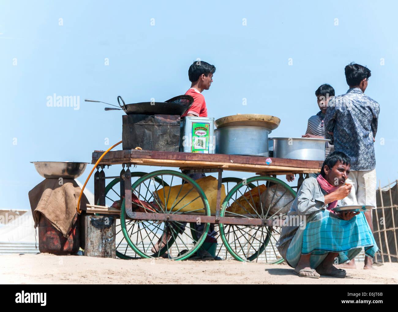 Cuisine de rue sur roues dans un endroit de sable le long du Gange. Photo Stock