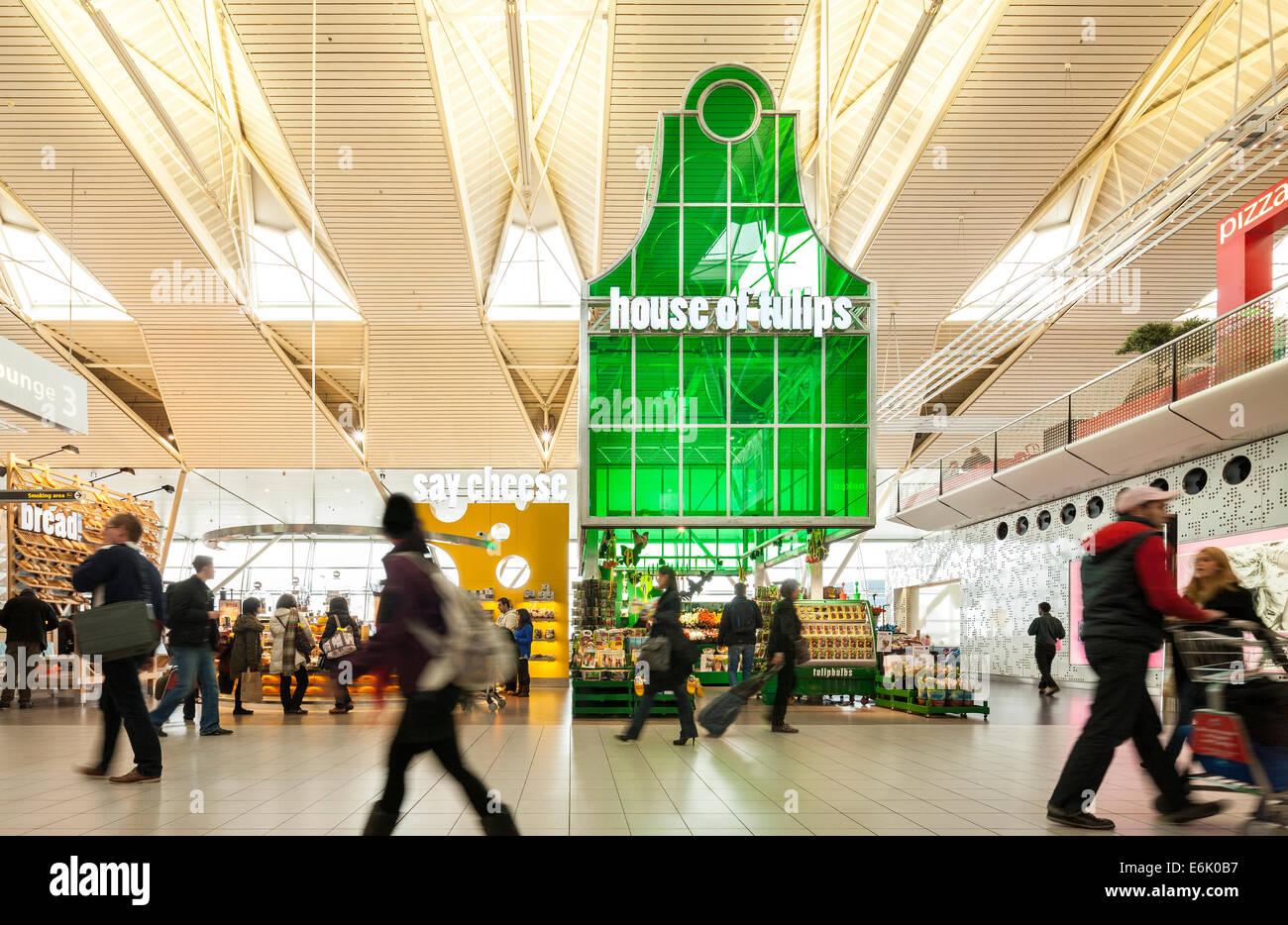 L'aéroport de Schiphol Amsterdam departure lounge 3 Tulipes avec souvenirs Souvenirs Fromage shop boutiques Photo Stock