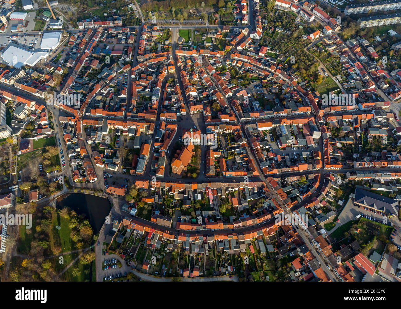 Vue aérienne, ville avec une disposition circulaire, Teterow, Mecklembourg-Poméranie-Occidentale, Allemagne Photo Stock
