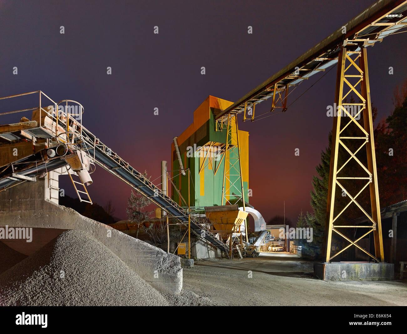 Convoyeur à bande dans une usine de production de gravier, tarmac, au crépuscule, Wörgl, Tyrol, Autriche Photo Stock