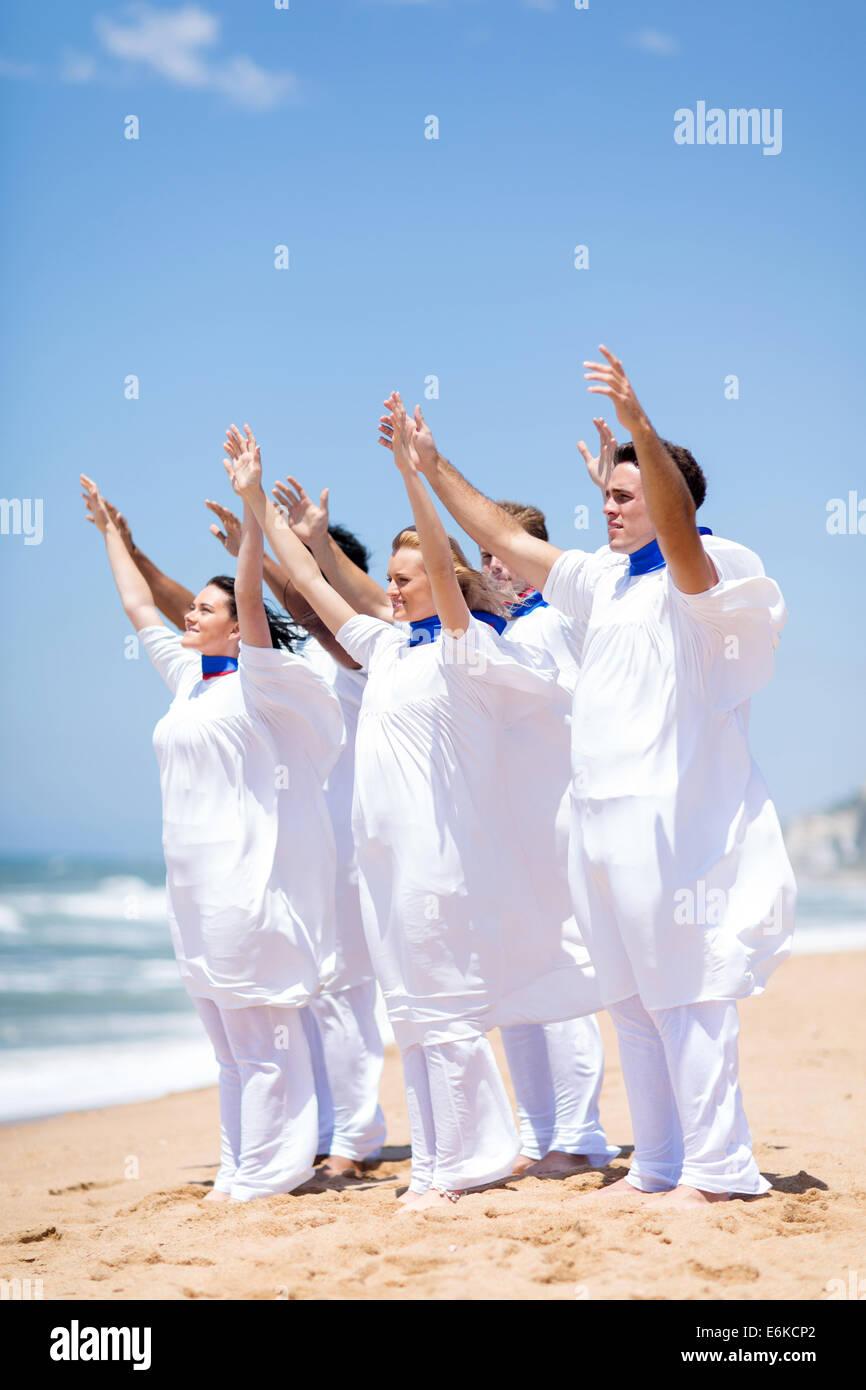Les jeunes adorent chorale de l'église sur la plage Photo Stock