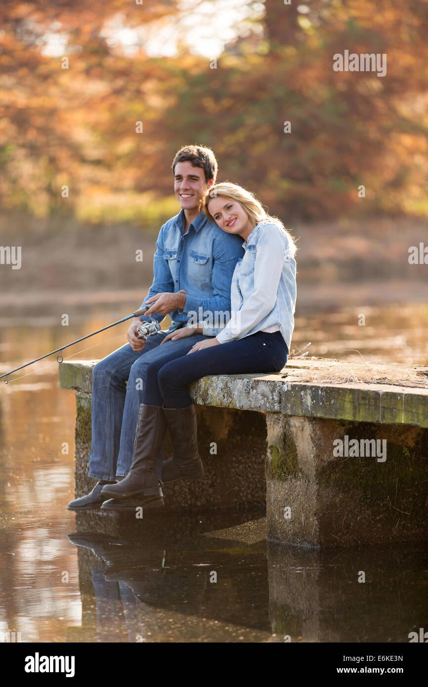 Heureux jeune homme et sa petite amie sur le quai de pêche Photo Stock