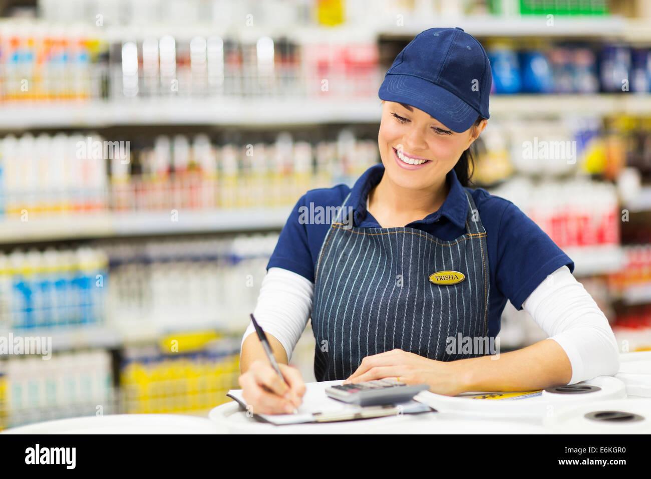 Belle écriture commis de magasin en stock supermarché Photo Stock