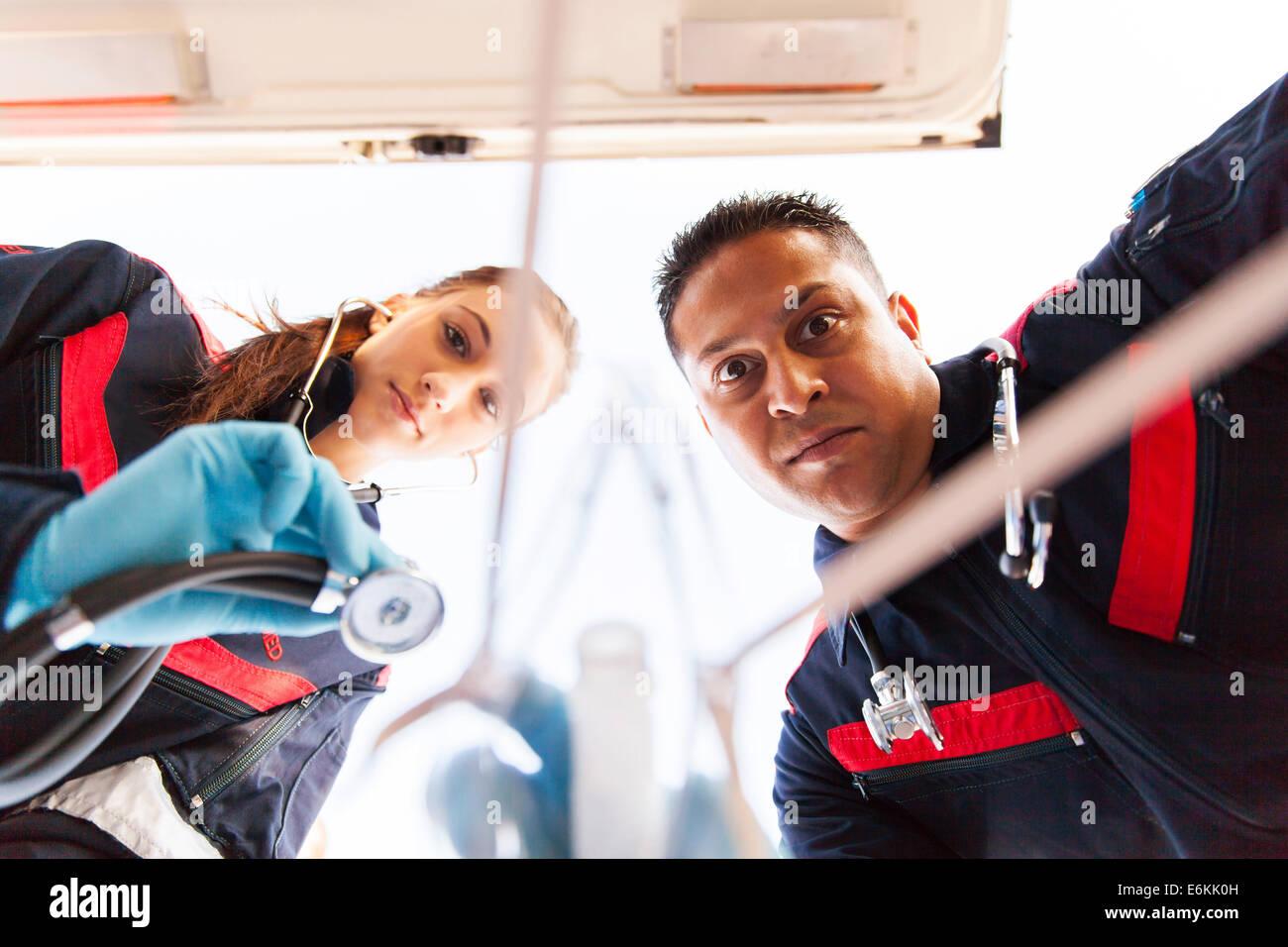 Vue de l'équipe paramédicale sous l'administration des premiers soins au patient Photo Stock