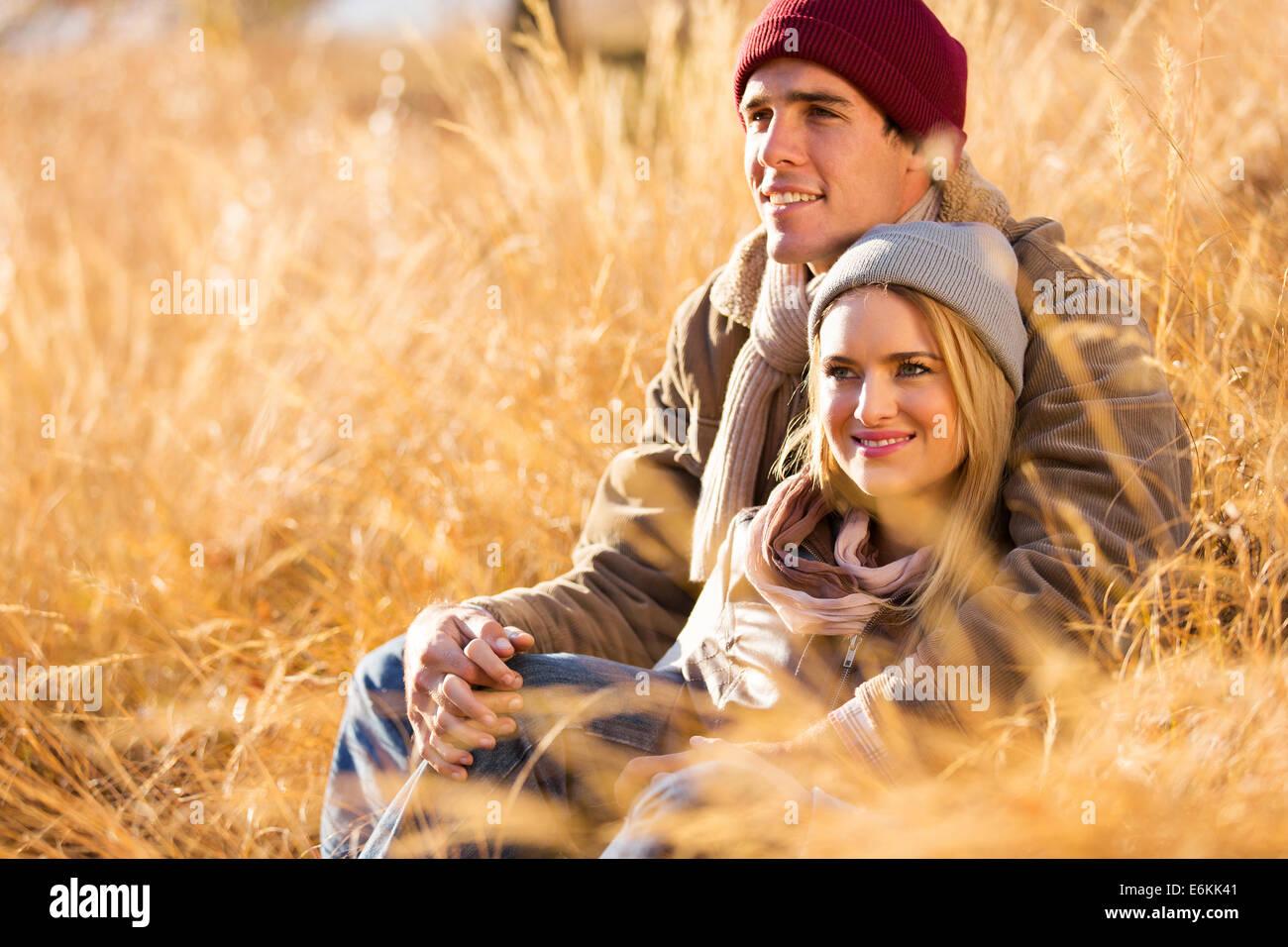 Couple assis à l'extérieur à l'automne Photo Stock