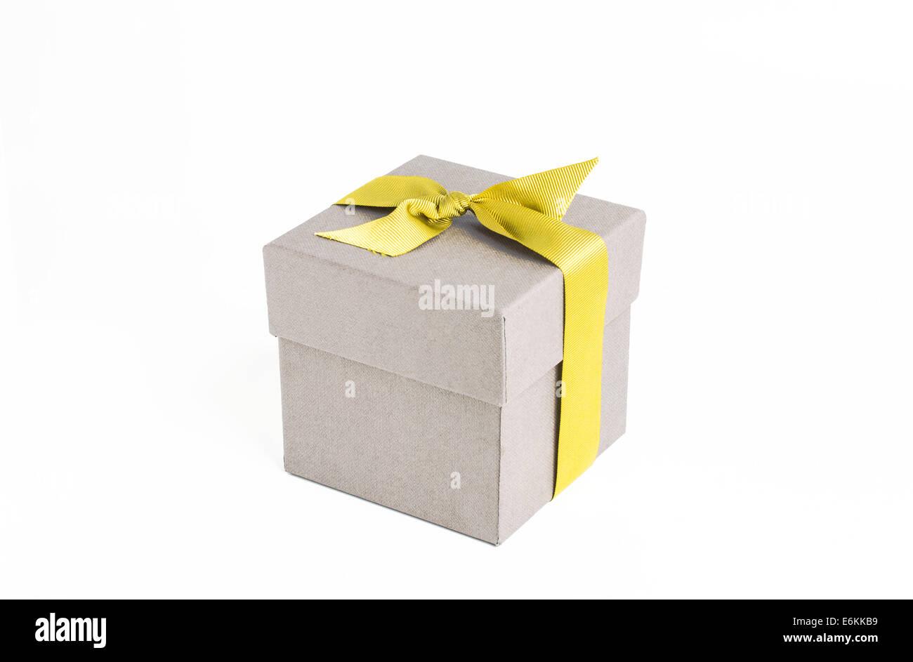 Boîte-cadeau avec ruban jaune Photo Stock