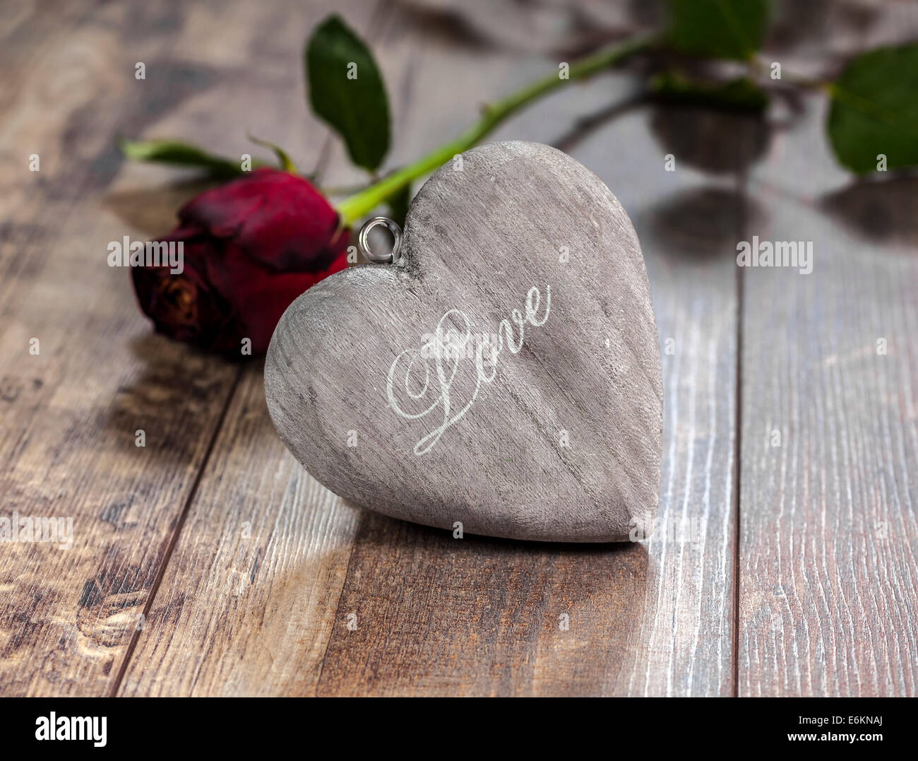 Symbole de la Saint-Valentin. Coeur sur un fond de bois de rose rouge. Photo Stock
