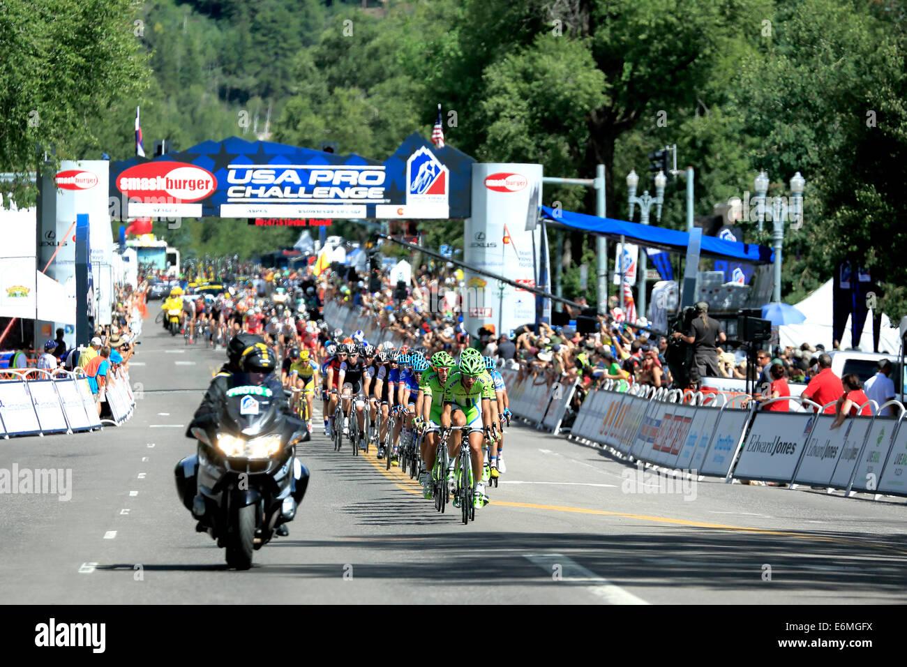 Les cyclistes, de soutien et de moto Départ/But, USA Pro Challenge course cycliste, Aspen, Colorado Photo Stock