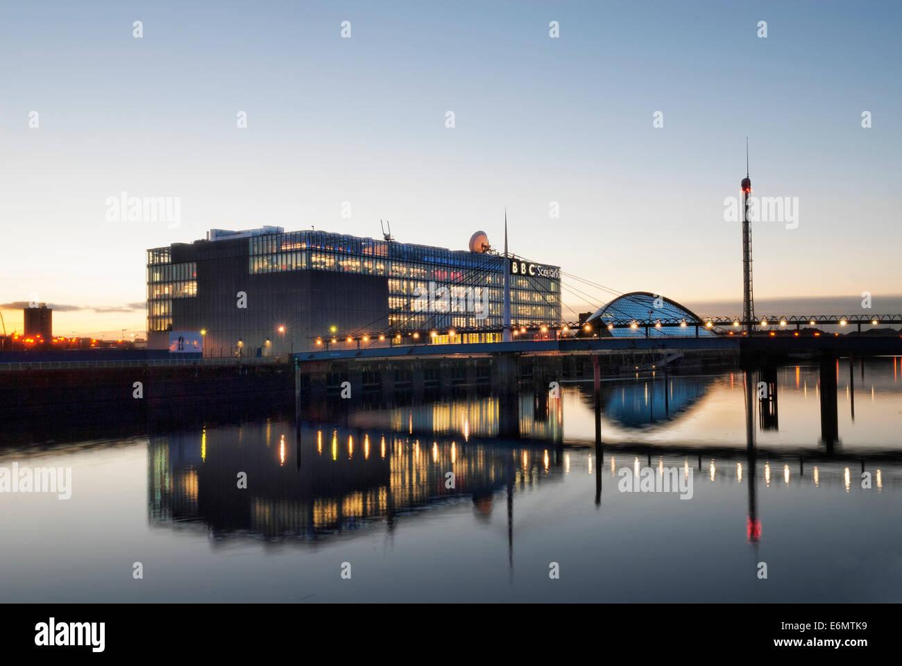 Photographie de nuit le Glasgow Science Centre et Tour avec BBC Scotland siège. Banque D'Images