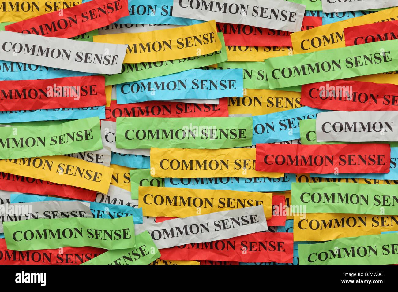 Pile de papier coloré note avec mot 'Bon sens'. Photo Stock