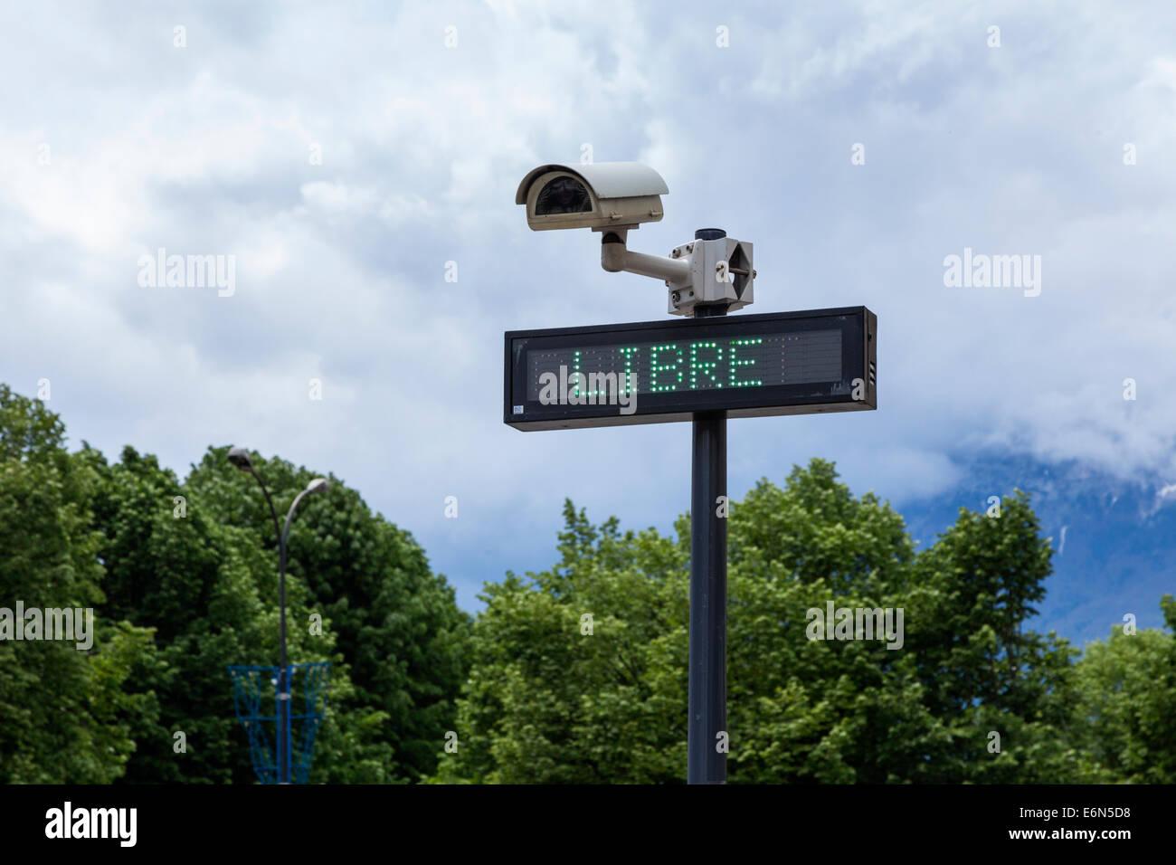 Caméra CCTV et libre - inscription gratuite au parc de voiture à Grenoble, Rhône-Alpes, France Photo Stock