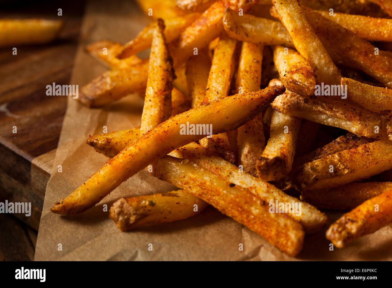Assaisonnée Cajun Frites avec ketchup biologique Photo Stock