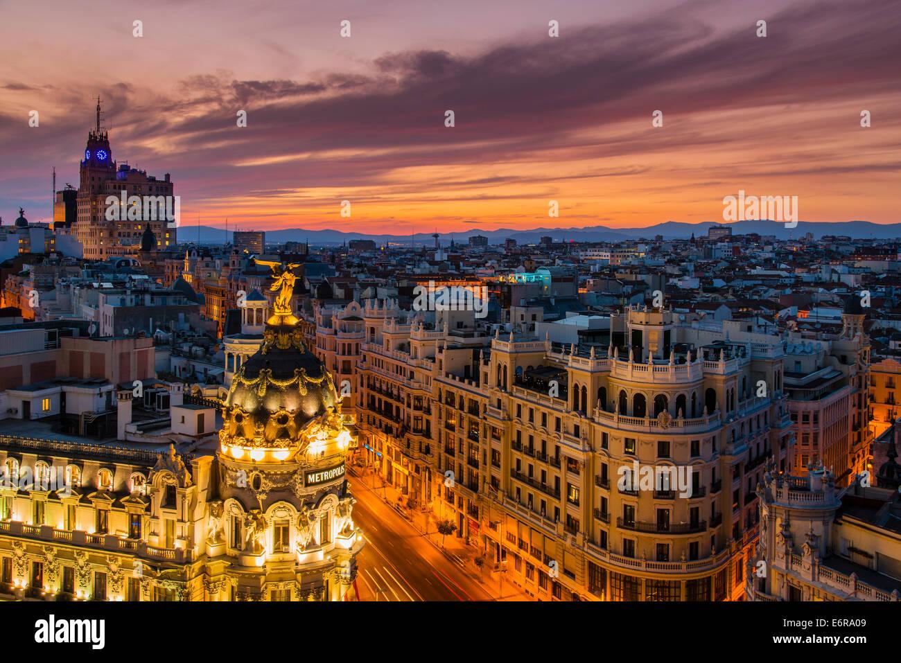 Skyline avec Metropolis building et la rue Gran Via au coucher du soleil, Madrid, Comunidad de Madrid, Espagne Photo Stock