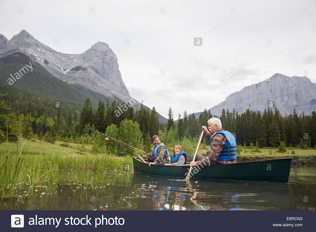 Trois générations d'hommes la pêche dans le lac Photo Stock