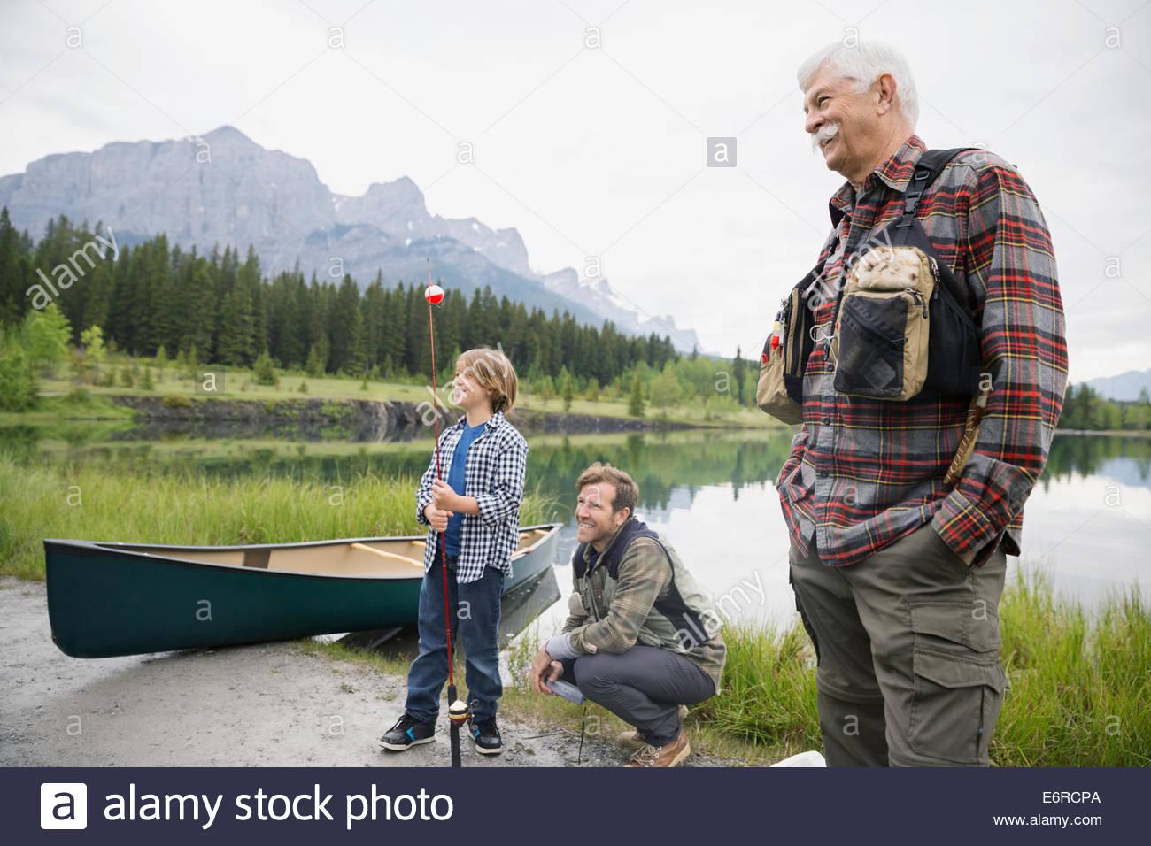 Trois générations d'hommes par still lake Photo Stock