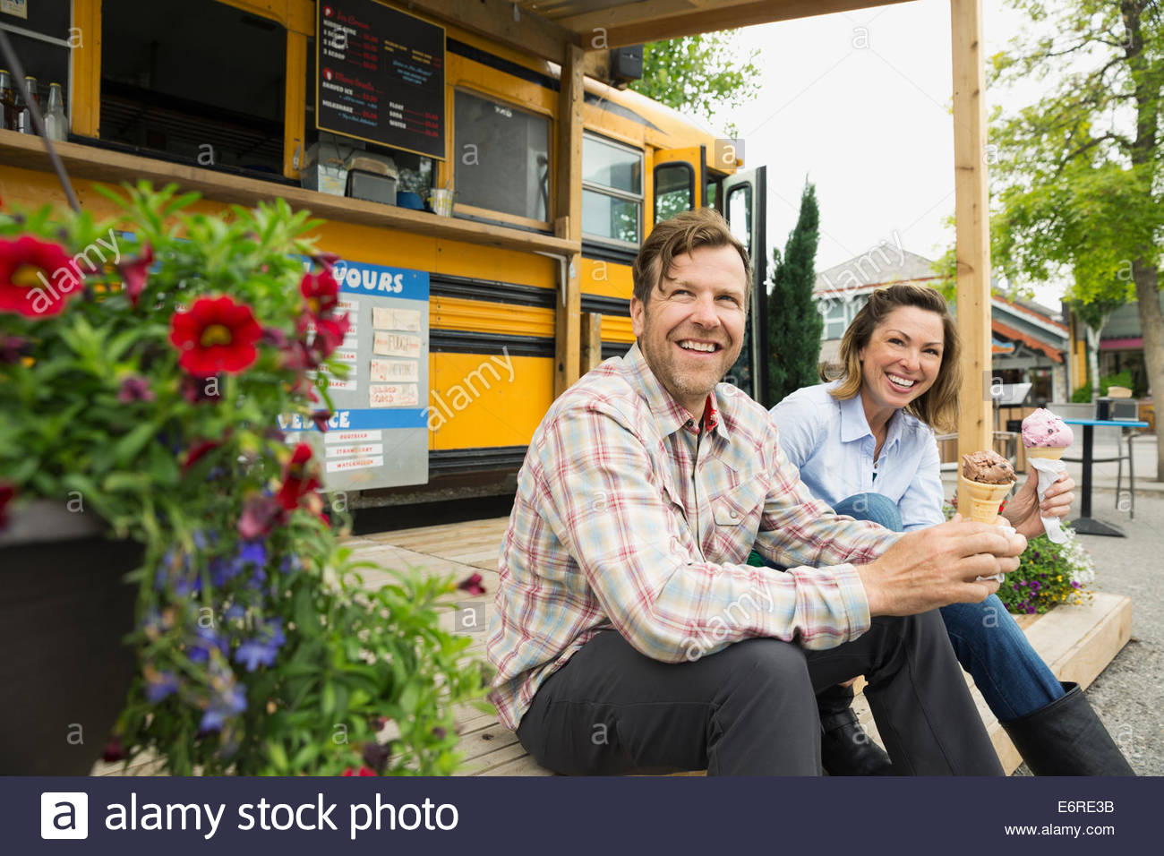 Couple eating ice cream au camion alimentaire Photo Stock