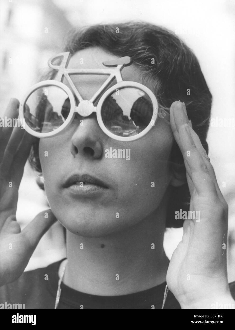 Paris, France. Mar 20, 1970. Les modèles d une femme en forme de lunettes  de vélo de course conçu par un opticien belge pour les jeunes femmes dans  l espoir ... 64484d2608a3