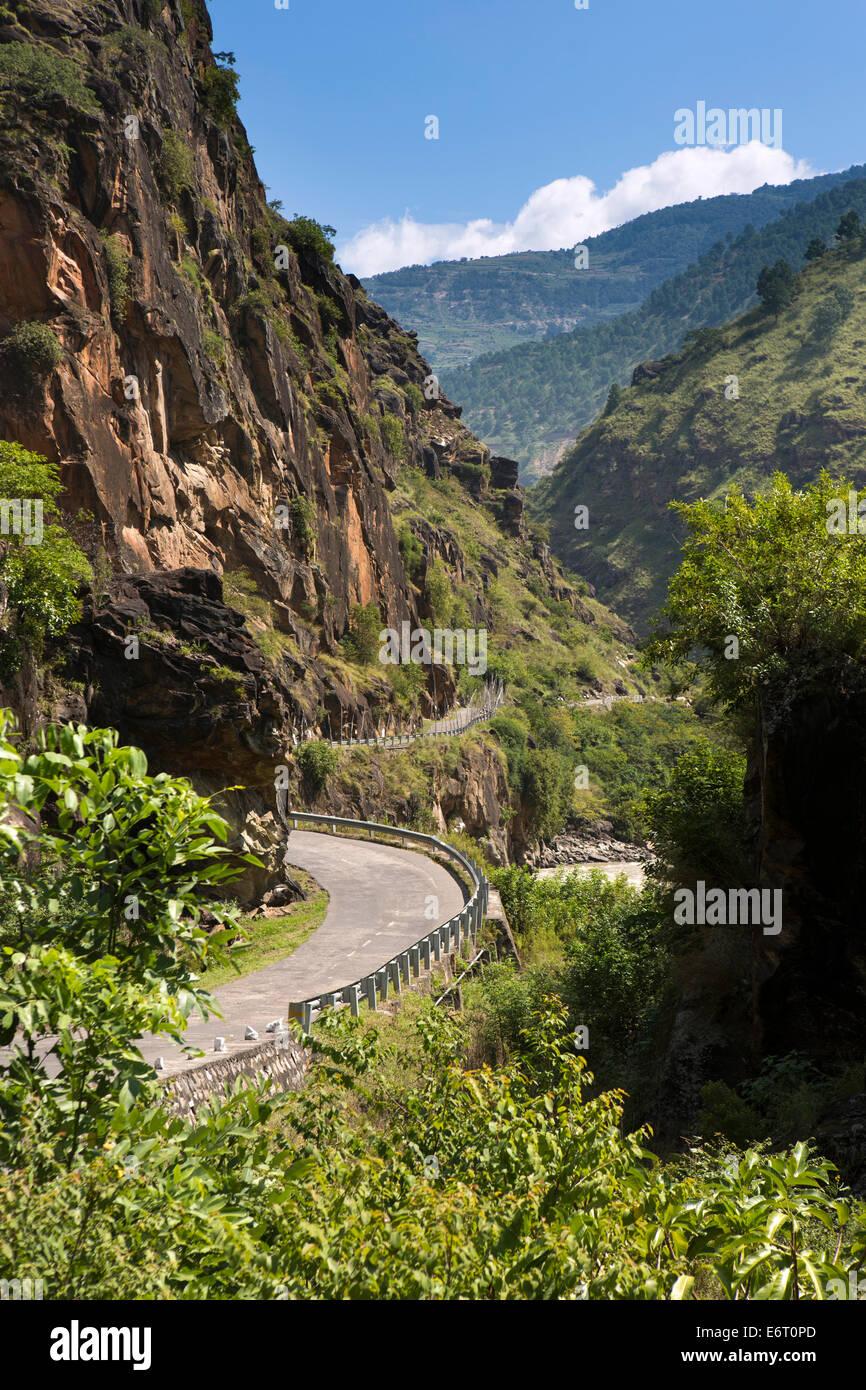 L'est du Bhoutan, Trashigang, Chazam, autoroute à Trashi Yangtse River Kulong à côté Photo Stock