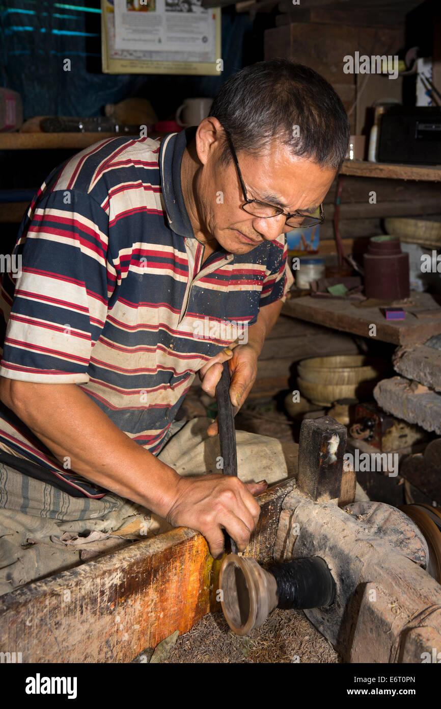 Trashi Yangtse Bhoutan oriental,, de l'artisanat, tourneur sur bois, tournage, Monk's bol en bois sur lathe Photo Stock