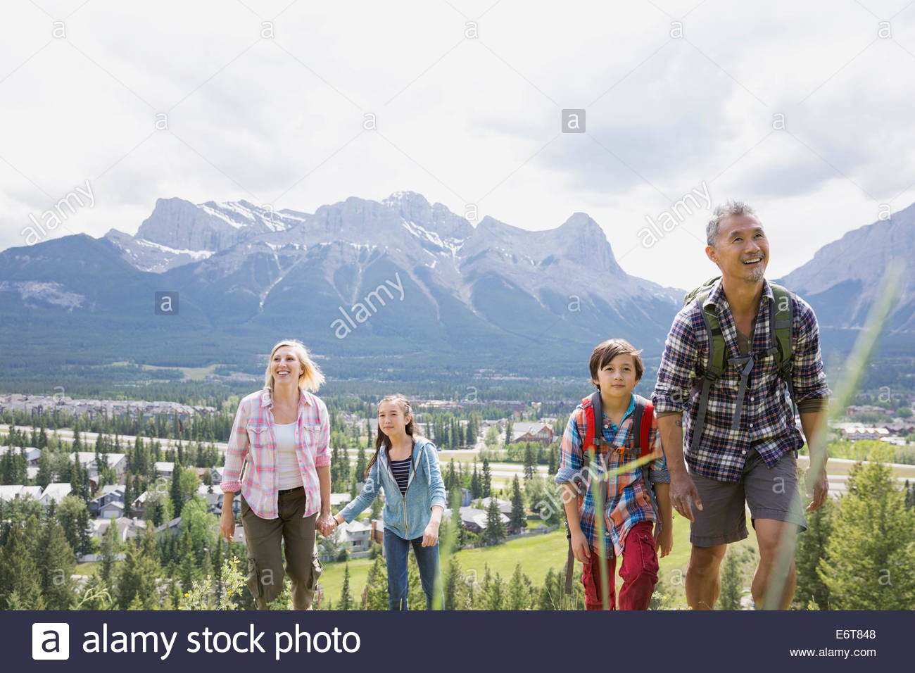 Randonnée familiale on rural hillside Photo Stock