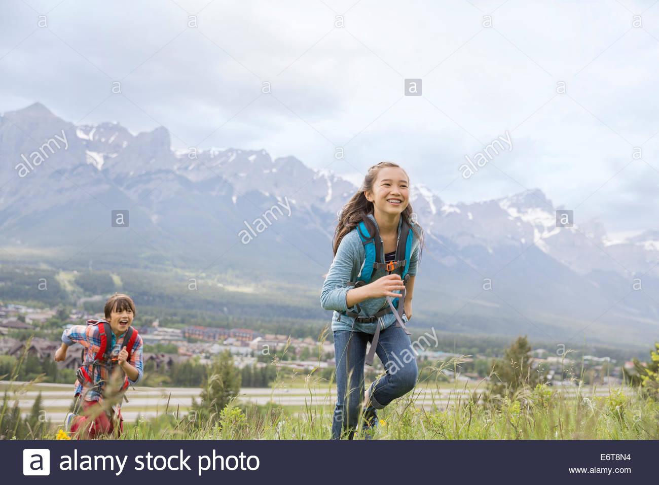 Les enfants randonnées on rural hillside Photo Stock